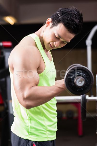 Mann Bodybuilder Heben Gewichte Training Fitnessstudio Stock foto © Kzenon
