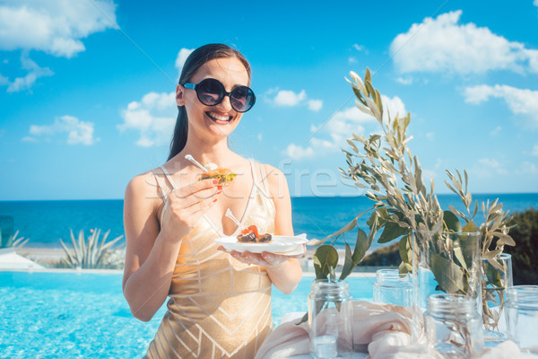Mujer dorado vestido alimentos playa fiesta Foto stock © Kzenon