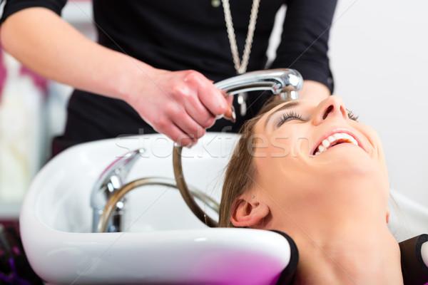 Femme salon de coiffure lavage cheveux sensation femmes Photo stock © Kzenon