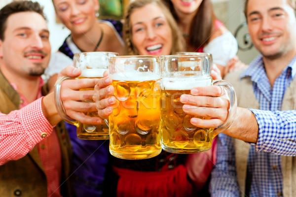 Menschen trinken Bier Veröffentlichung inn Gruppe Stock foto © Kzenon