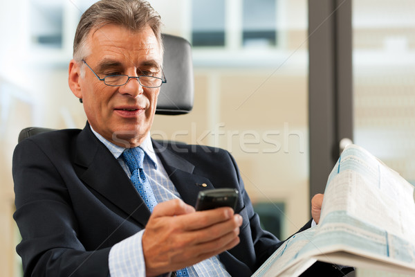 Foto stock: Jefe · oficina · lectura · periódicos · negocios · Internet