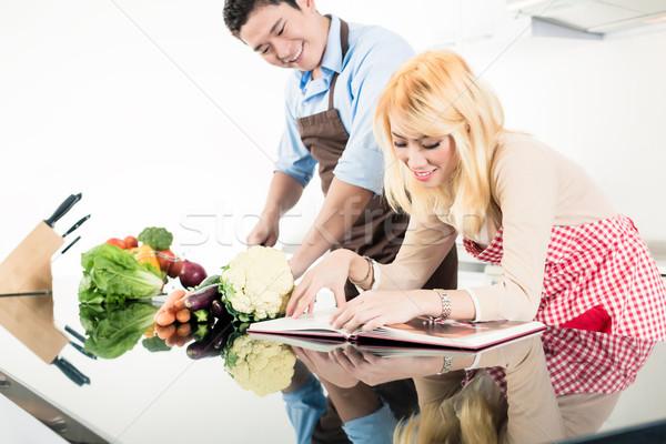 Asiático casal leitura receitas cozinhar livro Foto stock © Kzenon