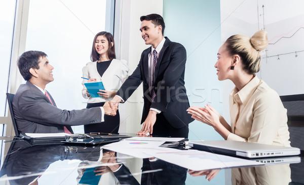 üzletemberek kézfogás sikeres üzlet ázsiai üzletemberek Stock fotó © Kzenon