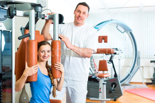 Beteg fizioterápia fizioterápia készít nő férfi Stock fotó © Kzenon