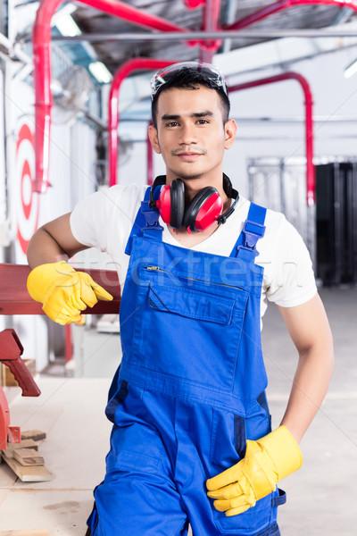 Asian timmerman elektrische zag workshop permanente Stockfoto © Kzenon