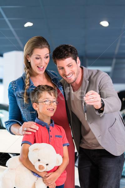 Famille clé nouvellement acheté voiture Photo stock © Kzenon