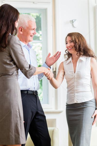 Geschäftsleute Handshake Vereinbarung Frau Frauen Arbeit Stock foto © Kzenon