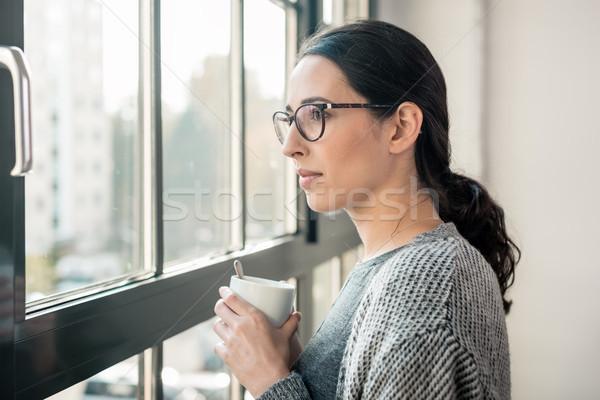 Jovem pensativo mulher olhando janela quebrar Foto stock © Kzenon