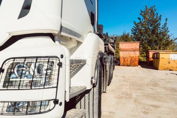 Rombolás konténer vár teherautó nehéz munka Stock fotó © Kzenon