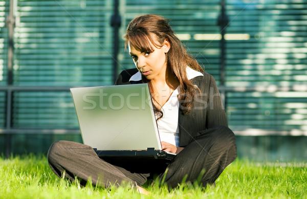 Gramado fachada feminino profissional laptop vidro Foto stock © Kzenon