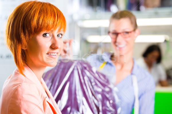 Cliente lavandería tienda textiles recoger ropa Foto stock © Kzenon