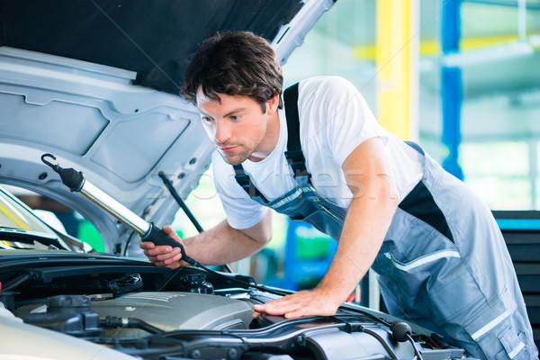 Automechaniker arbeiten Auto Service Workshop Laden Stock foto © Kzenon