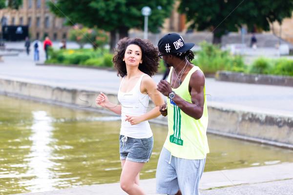 África Pareja correr ciudad centro jóvenes Foto stock © Kzenon