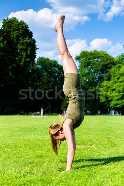 женщину стойка на руках парка фитнес зеленый весело Сток-фото © Kzenon