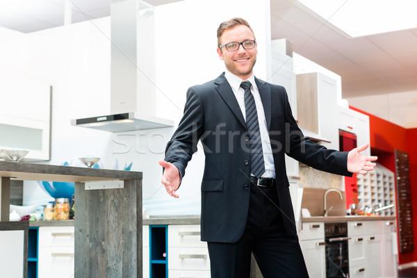 Venditore domestico cucina mobili showroom studio Foto d'archivio © Kzenon