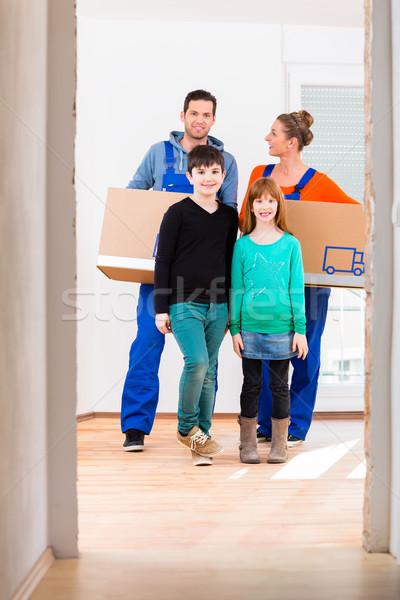 Család dobozok mozog új otthon anya apa Stock fotó © Kzenon