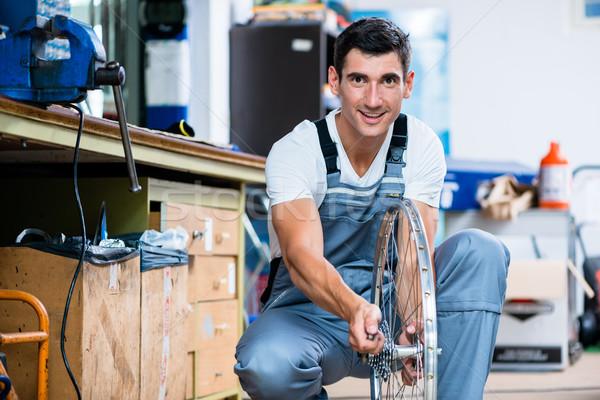 Adam bisiklet mekanik çalışma atölye alışveriş Stok fotoğraf © Kzenon