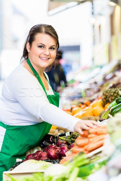 Elarusítónő gyümölcs zöldségek piac nő vásárlás Stock fotó © Kzenon