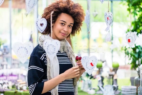 Gyönyörű nő mosolyog modern virágüzlet portré gyönyörű Stock fotó © Kzenon
