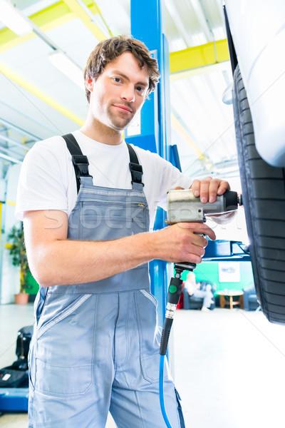 Mécanicien pneu changement voiture atelier Homme Photo stock © Kzenon