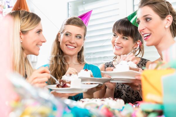 красивой женщины Лучшие друзья разделение именинный торт положительный Сток-фото © Kzenon