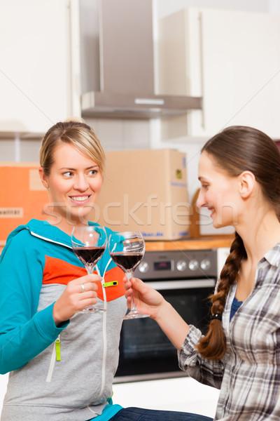 Kettő női barátok mozog lakás boldog Stock fotó © Kzenon