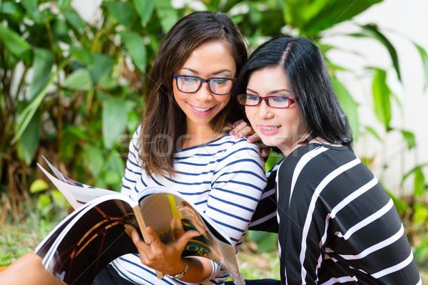 два азиатских чтение журнала индонезийский Сток-фото © Kzenon