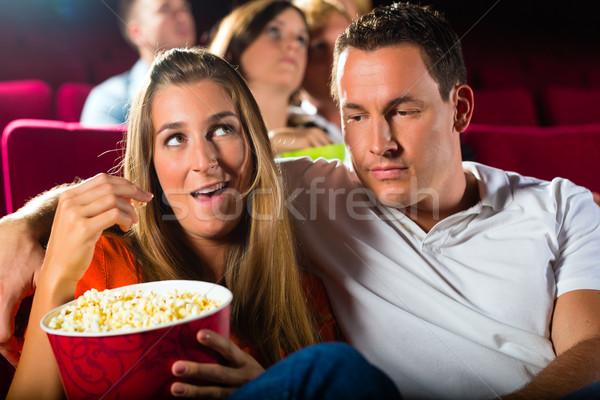 Pareja viendo película teatro comer palomitas Foto stock © Kzenon