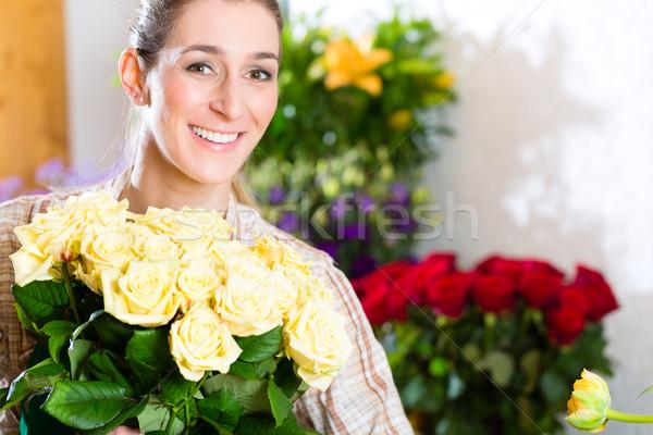 Femenino florista vivero rosas Foto stock © Kzenon