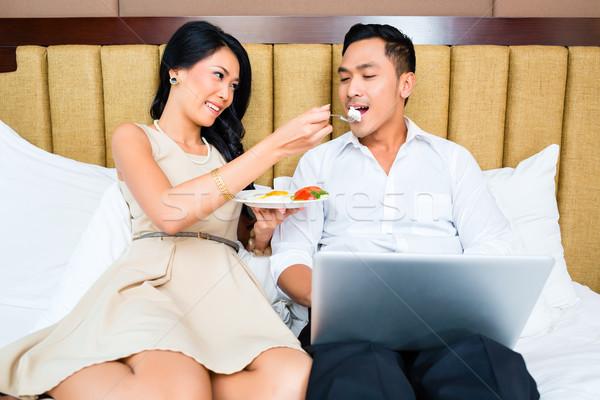 Cakarta çift oturma yeme yatak kadın Stok fotoğraf © Kzenon