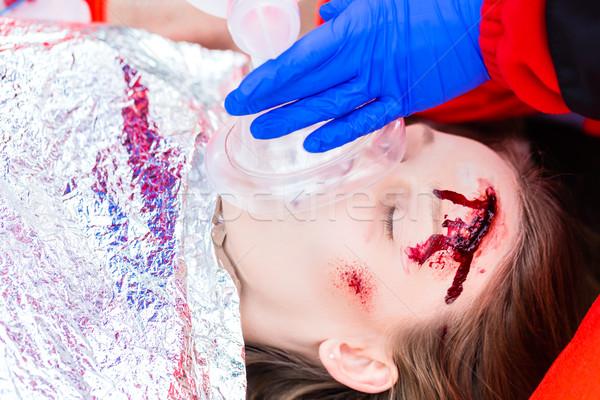 Mentő orvos oxigén női áldozat vészhelyzet Stock fotó © Kzenon