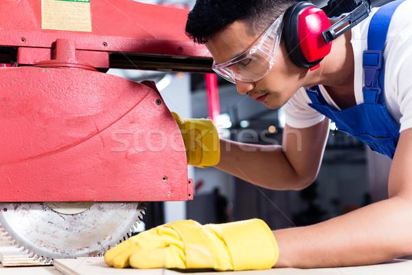 Carpinteiro asiático oficina serra fabrico Foto stock © Kzenon