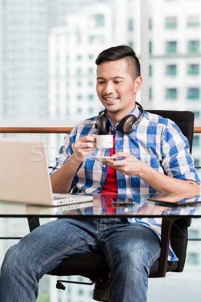 Endonezya profesyonel çalışma dizüstü bilgisayar kahve genç Stok fotoğraf © Kzenon