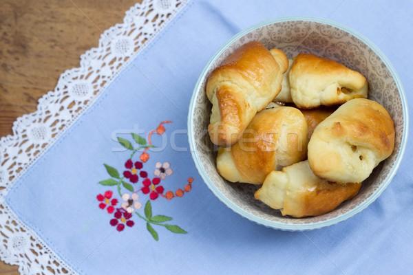 Caseiro levedura croissants tigela vintage guardanapo Foto stock © laciatek