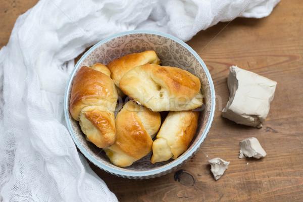 Caseiro levedura croissants cerâmico tigela Foto stock © laciatek