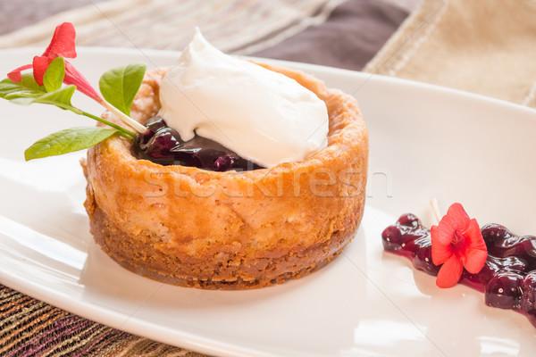 Poi tarta de queso coco arándano salsa crema batida Foto stock © LAMeeks