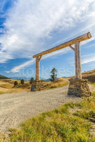 Stock fotó: Fából · készült · ív · bejárat · nagy · földút · Montana
