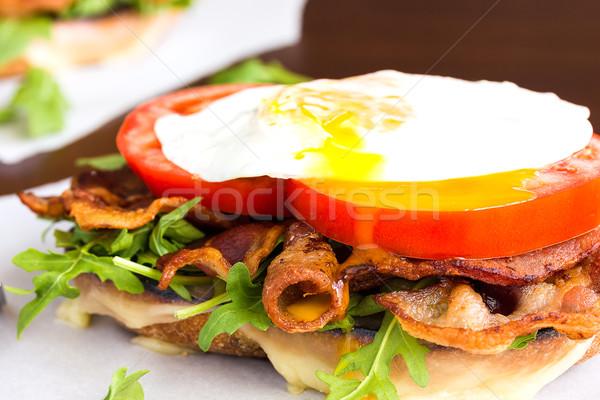 Ovo frito blt sanduíche queijo bacon tomates Foto stock © LAMeeks