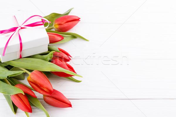 Rood tulpen geschenkdoos tulp boeket houten tafel Stockfoto © Lana_M