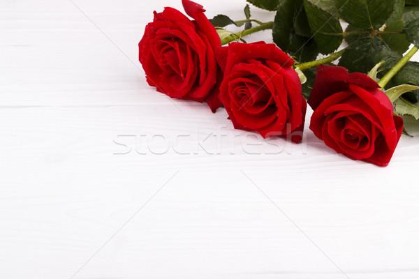 Rote Rosen weiß Bouquet Frühling Holz Geburtstag Stock foto © Lana_M