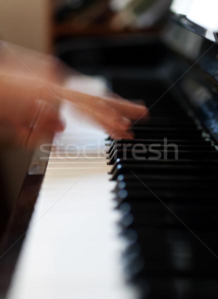 Zongorista játszik homályos mozgás szelektív fókusz ujjak Stock fotó © ldambies
