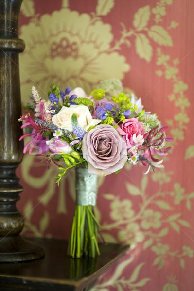 Esküvői csokor régi tapéta fából készült polc klasszikus virág Stock fotó © leeavison