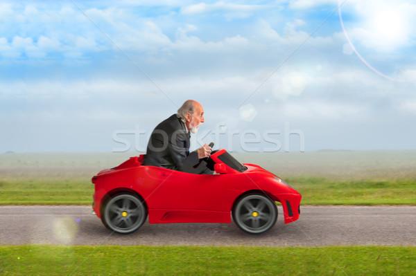 Altos hombre conducción juguete carreras coche Foto stock © leeavison