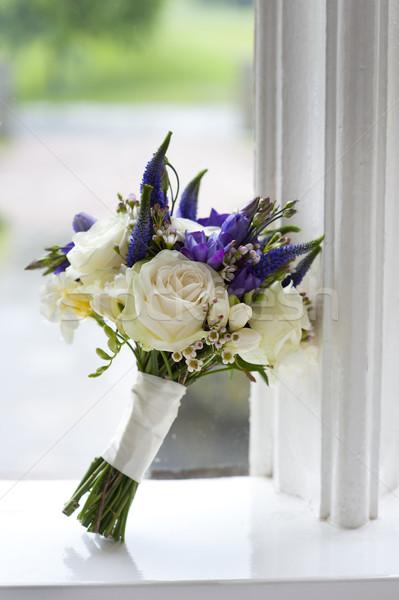 Esküvői csokor ablak fehér lila rózsák virágcsokor Stock fotó © leeavison