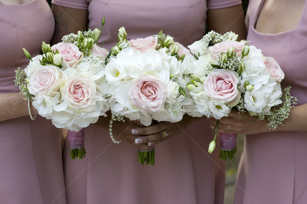 Három tart esküvői csokor rózsaszín ruhák esküvő Stock fotó © leeavison