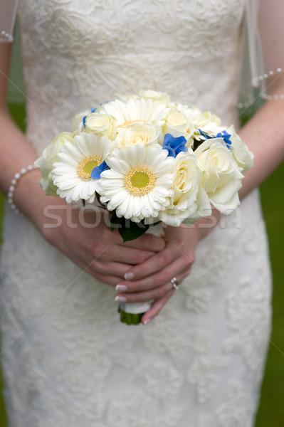 Noiva buquê de casamento branco rosas mãos Foto stock © leeavison