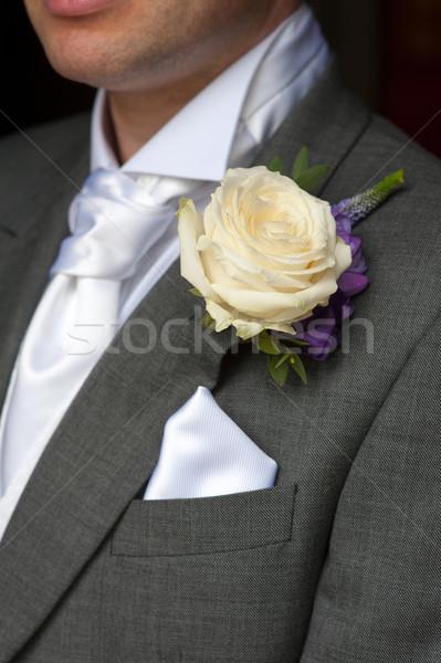Férfi visel rózsa gomblyuk esküvő virágok Stock fotó © leeavison