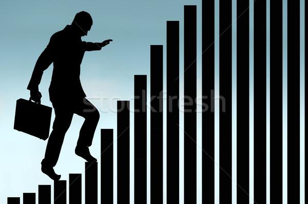 Empresario escalada gráfico de barras silueta cielo traje Foto stock © leeavison