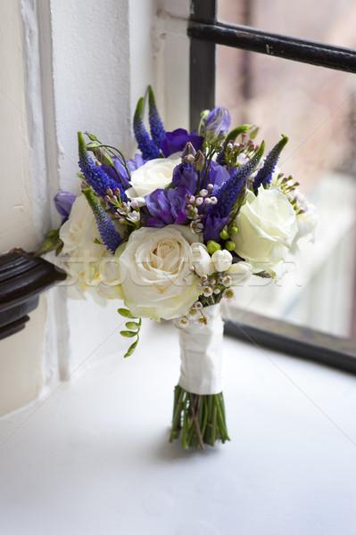 Ramo de la boda ventana blanco púrpura rosas ramo Foto stock © leeavison