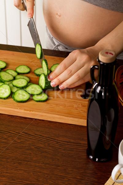 Mulher grávida cozinha belo alimentação saudável sorrir amor Foto stock © leedsn